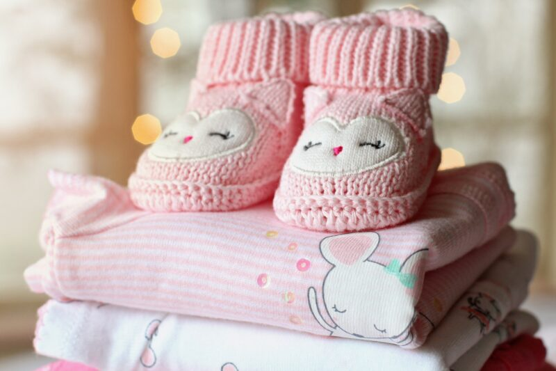 Online stores can provide the right clothes for your baby if you know your sources. Here are the top factors to consider when purchasing baby clothes online.